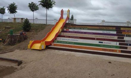 El Ayuntamiento de Ríolobos finaliza la escalera con forma de estantería para luchar contra la violencia de género