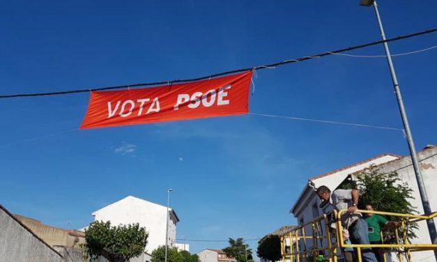 La Junta Electoral insta al PSOE a retirar una pancarta  colgada de un tendido eléctrico en Zarza la Mayor