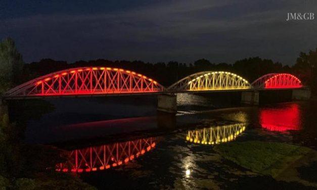 El Ayuntamiento de Coria pone a prueba la nueva iluminación artística del Puente de Hierro