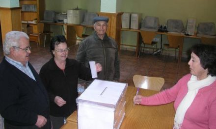 La falta de una acta de escrutinio en Hoyos retrasa el cierre del colegio electoral hasta las 20:30 horas