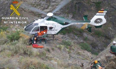 """La Guardia Civil rescata a un senderista herido tras sufrir una caída en el """"Barranco Los Papúos"""" en Jerte"""