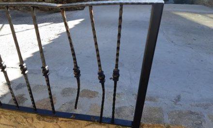 Unos vándalos destruyen el vallado de la fuente de la rueda del municipio serragatino de Acebo