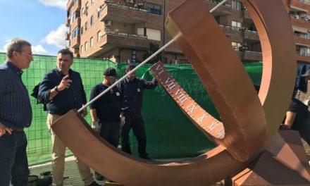 Coria instala un reloj solar en la plaza de la Solidaridad realizado por los alumnos de la escuela profesional