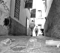 Las calles de la zona centro de Plasencia amanecen repletas de la basura del Martes Mayor