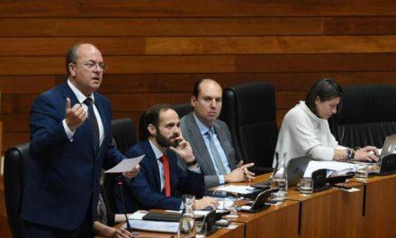Monago advierte a Vara de que la emigración desangra la región y no se arregla con ocurrencias