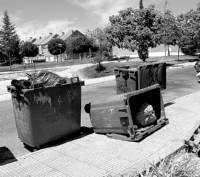 Buscan personal para paliar el retraso en las tareas de recogida de basura  en algunas calles de Badajoz