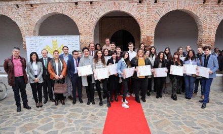Caja Rural de Extremadura beca a una veintena de estudiantes con los mejores expedientes de ESO y FP