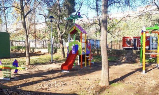 El Ayuntamiento de Coria continúa con la instalación de parques infantiles en la ciudad y en las pedanías