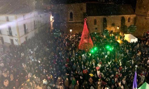 Cientos de personas se reúnen en la Plaza España de Moraleja para disfrutar del alumbrado navideño