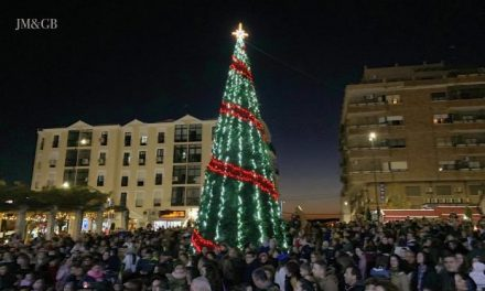 Multitudinaria acogida al encendido de luces en la ciudad de Coria para celebrar la Navidad