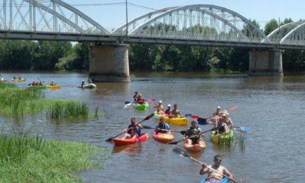 Más de medio centenar de piragüistas realizaron ayer el I Descenso por el Río Alagón en casi cinco horas