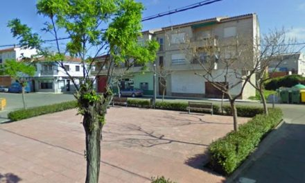 Una fuerte ráfaga de viento derriba el árbol de navidad instalado en la Plaza de La Paz de Moraleja
