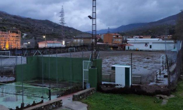 El temporal Elsa arranca el césped artificial del campo de fútbol de Navaconcejo