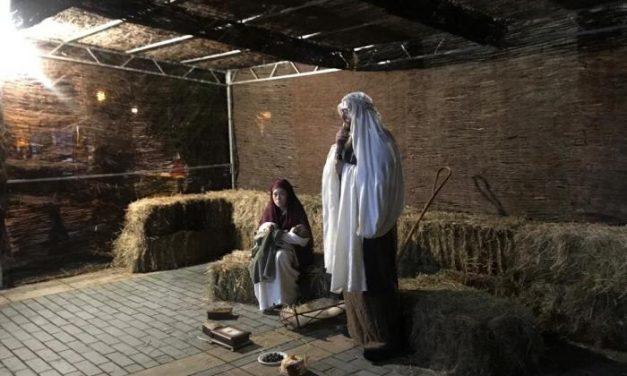 El Belén viviente de Moraleja congrega a numeroso público en la Plaza de la Encomienda a pesar del frío