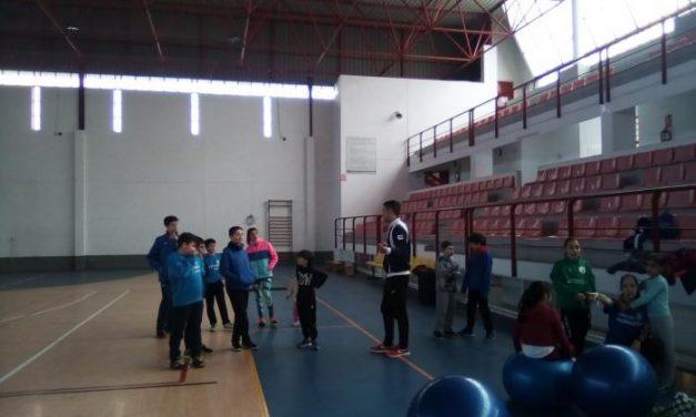 Más de 20 niños participan en la convivencia de atletismo deportivo en el pabellón de Moraleja