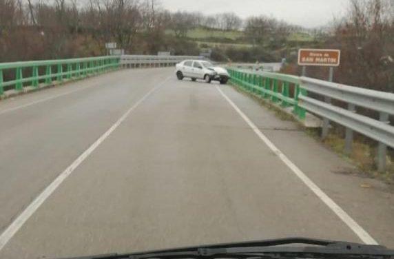 El vertido de aceite en varios puntos de la EX-205 a la altura de Valverde provoca la salida de vía de tres vehículos