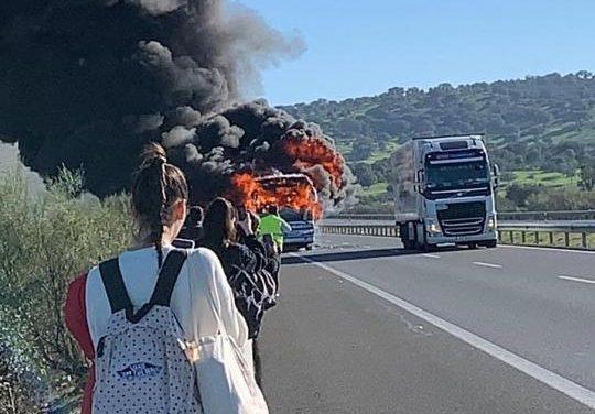 Un autobús de pasajeros sufre un incendio en la autovía A-66 entre Cáceres y Mérida