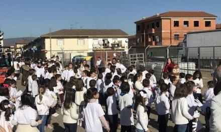 Los alumnos del Colegio Cervantes de Moraleja salen a la calle para disfrutar del Día de la Paz
