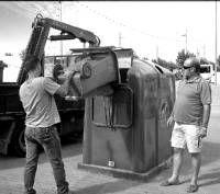 La empresa Ecovidrio reparte contenedores de vidrio en las casetas durante las fiestas de Almendralejo