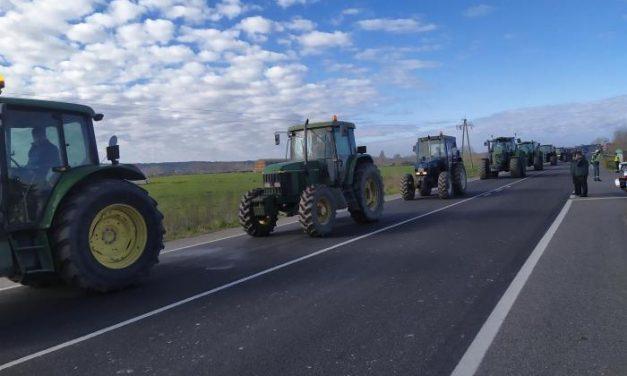 Agricultores y ganaderos extremeños colapsan la EX-A1 para sensibilizar sobre la situación del campo