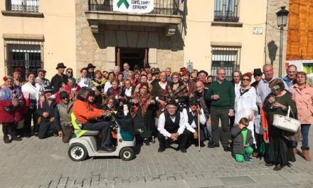 """El """"jueves de comadres"""" inaugura el Carnaval en Moraleja con un pasacalles amenizado por la charanga"""