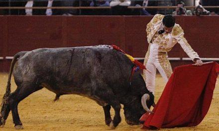 El matador torrejoncillano Emilio de Justo abre la puerta grande de Ambato tras cortar dos orejas