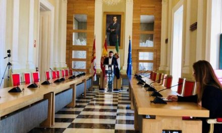 Cáceres cancela los actos en la vía pública, cierra los parques y precinta los juegos infantiles