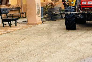 Villanueva de la Sierra desinfecta las calles de la localidad para atajar los contagios por COVID-19
