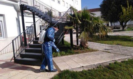 Coria desinfecta edificios públicos, sanitarios y residencias de mayores por el COVID-19