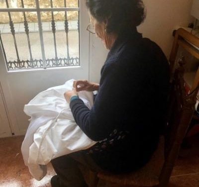 La vena más solidaria: Los vecinos de Arroyo de la Luz confecionan 100 batas para personal sanitario