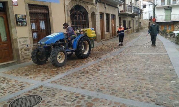 Tractores para arar pero también para desinfectar las calles de Calzadilla y frenar la pandemia del coronavirus