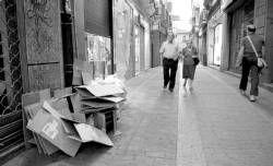 Algunos comercios de Plasencia sacan cartones a la calle por la tarde, pese a la ordenanza municipal