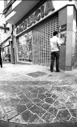 Quejas por la suciedad que origina el pavimento de la reformada avenida de la Vera en Plasencia