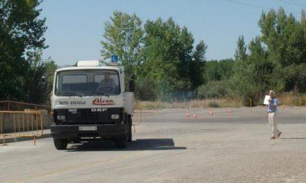 Alrededor de 200 personas, en su mayoría jóvenes, se examinan en Coria para obtener el carnet de conducir