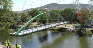 Un puente peatonal de 117 toneladas une ya el barrio de San Juan y el parque de los Cachones en Plasencia