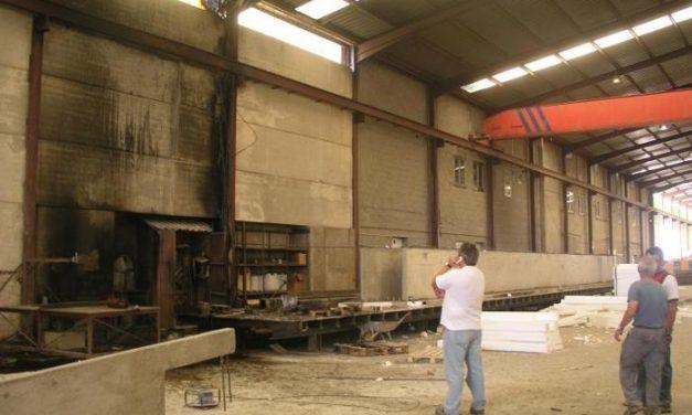 Un incendio paraliza el 60% de la actividad de la empresa Extremadura 2000 ubicada en el polígono de El Batán
