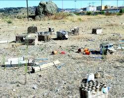 Restos de los fuegos artificiales de la feria de Plasencia siguen sin limpiarse en el Berrocal