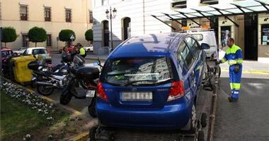 La policía local de Badajoz saca la grúa a las calles con mayor intensidad de tráfico como elemento disuasorio