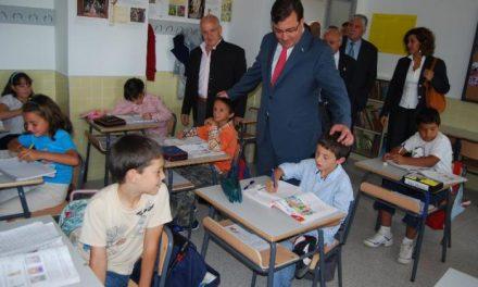 Vara resalta la importancia de la familia, los profesores y la administración para mejorar la educación del futuro