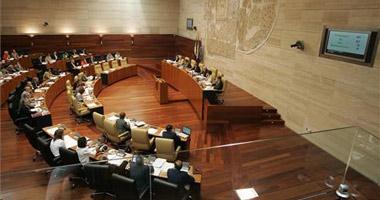 La Asamblea de Extremadura rechaza de manera unánime la directiva europea de las 65 horas laborales