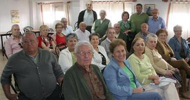 Medio centenar de voluntarios de Badajoz ayudan a que funcionen los centros de mayores