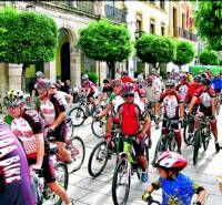 Niños y mayores recorren Mérida para dar impulso al uso de la bici y reivindar la seguridad vial de los ciclistas