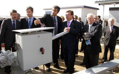 La planta solar de Casas de Don Pedro tiene una tecnología que aumenta un 25% la captura de luz