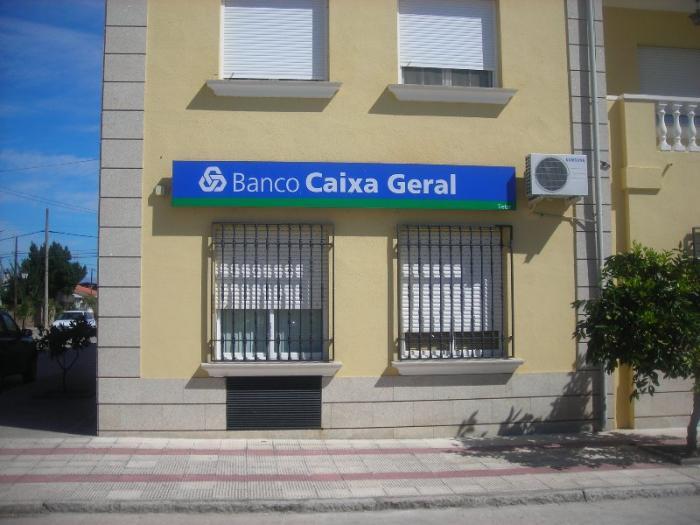 Un hombre atraca a mano armada un banco en Tiétar y se lleva un botín de más de 4.000 euros
