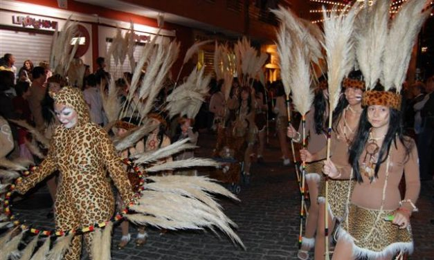 Miles de personas se dan cita en el desfile nocturno del Carnaval chico de Navalmoral de la Mata