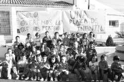 Niños de Rena, Villar de Rena y Puebla de Alcollarín, en huelga en protesta por la falta de una maestra