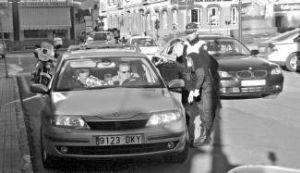 La Policía local de Almendralejo realiza 400 controles al día sobre el uso del móvil al volante