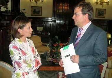 La ministra Elena Espinosa insiste en que buscará en Bruselas una salida para el cultivo del tabaco