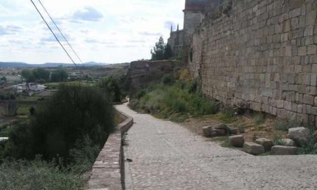 Cultura destina 257.919 euros para las obras de restauración parcial en la muralla de Coria