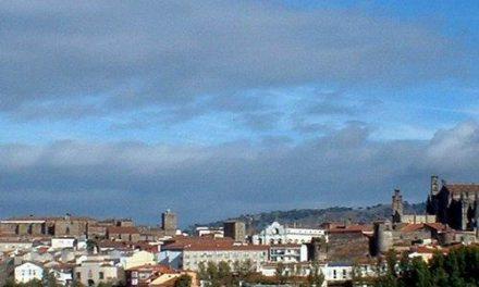 La alcaldesa de Plasencia, Elia Blanco, propone que se blinden las isletas contra los actos vandálicos